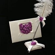 Hochzeit Gästebuch und Feder Stift mit lila gesetzt stieg Herz Zeichen in Buch
