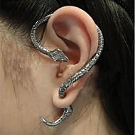 여성의 복고풍 뱀 귀걸이를 포장