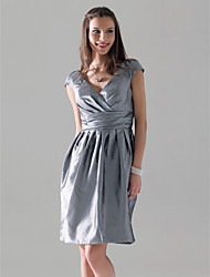 Knee-length Taffeta Bridesmaid Dress - Plus Size / Petite Sheath/Column V-neck