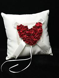 Ringkissen in Elfenbein Satin mit roten Rose Herz