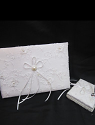 exquise livre d'or de mariage et un stylo mis en satin blanc