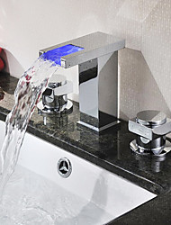 Acabado en cromo dos asas que cambia de color cascada LED generalizada grifo del fregadero cuarto de baño