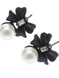 Черные цветы жемчужной сережкой