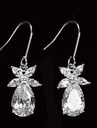 De boucles d'oreilles de la femme belle platine plaqué avec le Zircon en forme de feuille