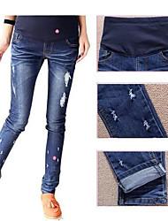 desgastados pantalones azules maternit flacos de las mujeres