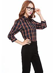 Vérifier la chemise adaptée des femmes