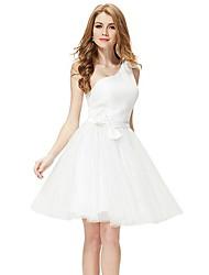 blanc un épaule-main fait des arcs de plus en plus de jolies femmes habillées court parti pour fille