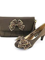 Damenschuhe geschlossen Zehe Satin niedrigen Ferse pumpt Schuhe passenden Satin-Handtasche mehr Farben erhältlich