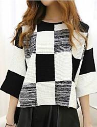a cuadros blanco y negro del suéter del suéter de las mujeres