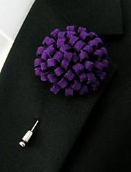 laine violet main des hommes mêle fleurs de revers boutonnière