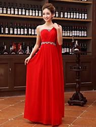 Um vestido de noite com um ombro com um comprimento georgette de comprimento do assoalho com retalhos de faixa / fita