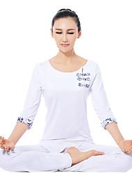 blancos elegantes trajes de yoga de fitness étnicos