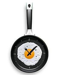 paroi poêle à frire suspendus horloge en forme avec omelette (couleur aléatoire)