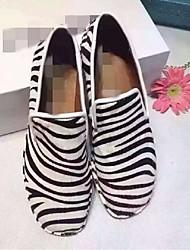 Feminino-Mocassins e Slip-Ons-Conforto-Rasteiro-Preto / Branco / Preto e Branco-Couro-Casual