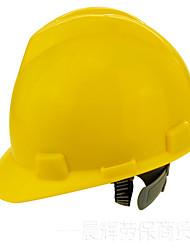 на строительной площадке обычный пластиковый шлем ре