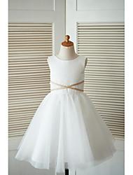 Une robe à rayures en ligne à une ligne de genou - satin tulle sans manches avec applique