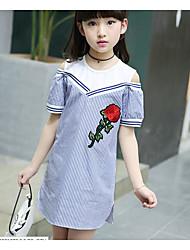 Menina de Vestido Listrado