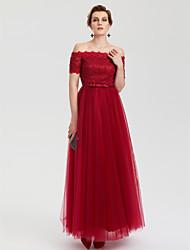 Une ligne de robe de soirée en tulle en dentelle avec un strass