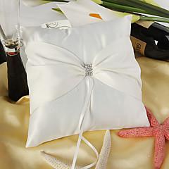 아름다운 흰색 새틴 링 베개