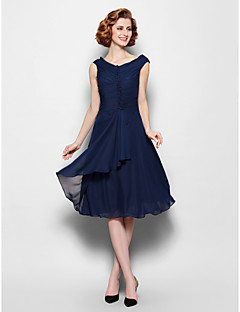Lanting Bride® A-line Plus Size / Petite Mother of the Bride Dress Knee-length Sleeveless Chiffon with Buttons