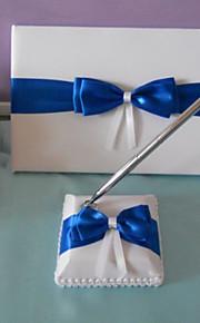 élégant livre d'or de mariage et un stylo serti de signe arc bleu dans le livre